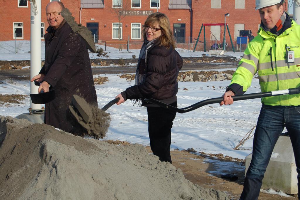 Carl-Gustaf Fritz från Seniorgården, Linda Allansson Wester (M) kommunstyrelsens ordförande i Svedala och Stefan Svensson från Skanska